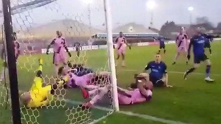 Pavyzdingas futbolininkų atkaklumas: kamuolys taip ir neatsidūrė vartuose