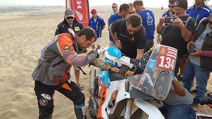 Niekas nenori pasitraukti iš Dakaro: išbėgus tepalams startavo stumdamas motociklą