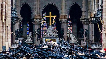 Pažvelkite į ugnies nuniokotos Paryžiaus Dievo Motinos katedros vidų: kas išliko?