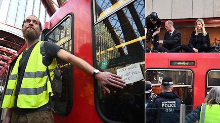 Prisiklijavę prie traukinio protestuotojai sukėlė sumaištį – pareigūnams reikėjo specialių priemonių