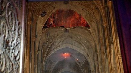 Paviešinti liūdinantys vaizdai iš Paryžiaus katedros vidaus, griuvus smailei