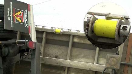 Kelyje apvirto daugiau nei 133 mln. bičių vežęs sunkvežimis
