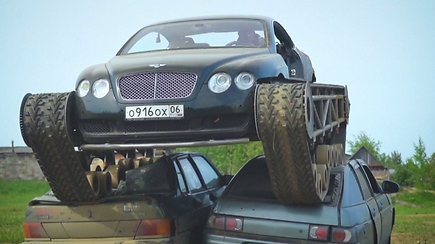"""Ruso fanatiko išmonė traukia žvilgsnius: prabangų """"Bentley"""" užkėlė ant tanko vikšrų"""