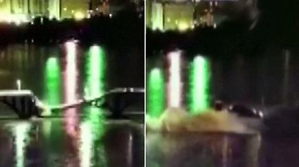 Nufilmuota dramatiška akimirka, kaip įgriuvus tiltui į upę įkrito automobiliai
