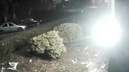 Kameros užfiksavo, kaip Kijeve į televizijos pastatąiššautas raketinio granatsvaidžio sviedinys