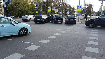 Eismo chaosas po smulkios avarijos Saltoniškių gatvėje