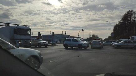 Sostinėje – išbandymai vairuotojams: dėl išjungtų sankryžos šviesoforų sutriko eismas