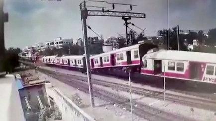 Užfiksuota, kaip kaktomuša susidūrus traukiniams į orą pakilo vagonai – išsigandę keleiviai skubėjo evakuotis