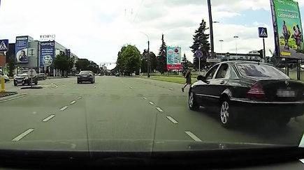 Skaitytojas užfiksavo pavojingą vairuotojo poelgį: kuris eismo dalyvis kaltas?