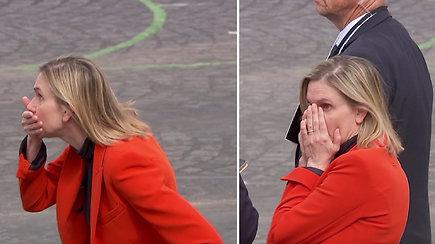 Prancūzijos ministrės reakcija prajuokino internautus: supanikavo, nes pamiršo svarbų atributą
