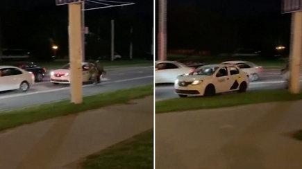 Baltarusijoje taksi vairuotojo poelgis tapo interneto sensacija: išgelbėjo protestuotoją nuo omonininkų