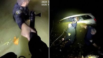 Paviešinta dramatiška gelbėjimo operacija lediniame vandenyje – moteris įstrigo skęstančiame automobilyje