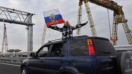 Pirmieji vairuotojai pervažiavo atidarytą tiltą į aneksuotą Krymą
