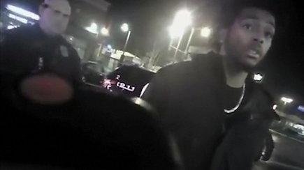 """Paviešintas vaizdo įrašas, kuriame policija """"Milwaukee Bucks"""" krepšininką nutildo elektrošoku"""
