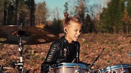 Jaunoji būgnininkė Fausta Šukytė groja iškirstame miške