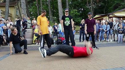 Gatvės šokėjai Basanavičiaus gatvėje pritraukė minią žmonių