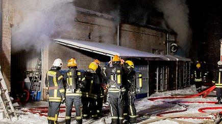 Gausios ugniagesių pajėgos gesino užsidegusį sandėlį Vilniuje