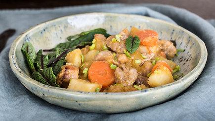 Kasdienei vakarienei: gardus mėsos ir lietuviškų daržovių troškinys