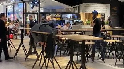 Nufilmuota, kaip Panoramos prekybos centro kavinėje spiegiantis jaunuolis gąsdino aplinkinius