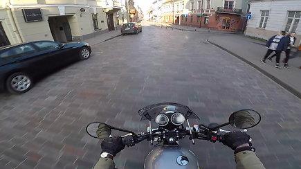 Pasaulis karantine: motociklu apvažiavo judriausias Vilniaus gatves – piko metu miestas tuščias