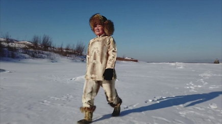 Moteris iš Kinijos siūlo apsirengti žuvies odos drabužiais