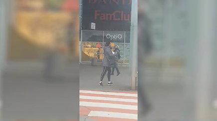 """Prie Klaipėdos """"Akropolio"""" 15min skaitytojas užfiksavo įtartiną moterį, renkančią pinigus tariamai labdarai"""