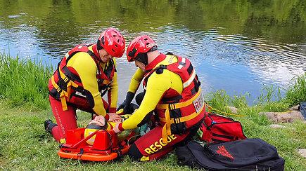 Inscenizuotas skenduolio gelbėjimas: skubama į pagalbą sąmonę praradusiam žmogui