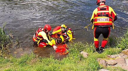 Inscenizuotas skenduolio gelbėjimas: skubama į pagalbą žmogui, kuris blaškosi vandenyje