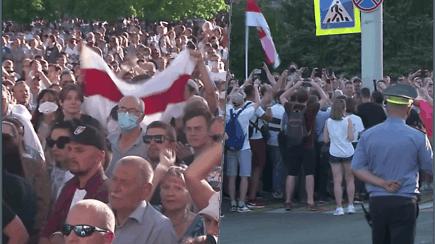 Baltarusijoje artėjant prezidento rinkimams kyla įtampa: tūkstančiai opozicijos rėmėjų surengė mitingą