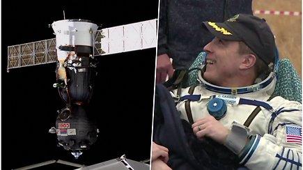 """Džiaugsmingos akimirkos sugrįžus į Žemę – erdvėlaivis """"Sojuz"""" iš kosmoso parskraidino 3 žmonių įgulą"""