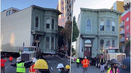 Viktorijos laikų namui teko išsikraustyti – stebindamas praeivius važiavo miesto gatvėmis