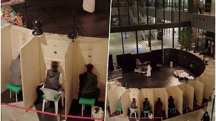 """Japonijoje pasirodymus lankytojai gali stebėti per specialias angas – išskirtinė """"scena"""" užtikrina saugų atstumą"""