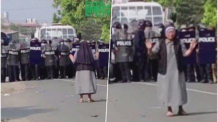 Vienuolė Mianmare stojo prieš policiją maldaudama nešaudyti – vietinių akyse tapo didvyre