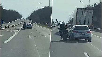 """Nufilmuotas motociklininkų ir """"Audi"""" susirėmimas prie Kauno"""