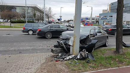 BMW ir VW avarija Vilniaus Žirmūnų ir Lakūnų gatvių sankryžoje