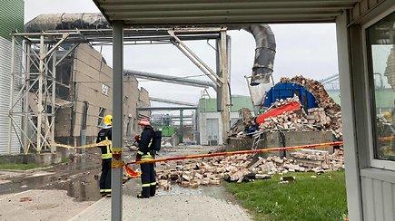 """""""Klaipėdos medienoje"""" nuaidėjo sprogimai – pastatas degė atvira liepsna, pranešama apie sužeistuosius"""