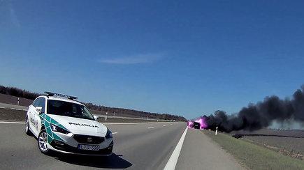 Užfiksavo įspūdingą vaizdą: kontrabandininkas galimai pats padegė automobilį su cigaretėmis