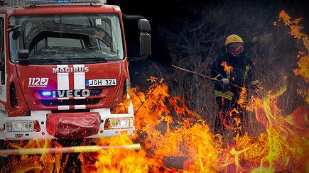 Ugniagesiai skambina pavojaus varpais: ženkliai padaugėjo gaisrų – kaip elgtis aptikus gaisrą ir kas gresia už pažeidimus?