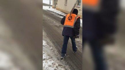Vilniaus gatvėse nufilmuota neblaivi kiemsargė