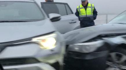 """Geležinio Vilko gatvėje nusidriekusė spūstys – susidūrė """"Toyota"""" ir BMW"""