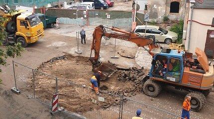 Pasipiktinęs vilnietis: Aludarių gatvę remontuoja senuosius akmenis versdami ekskavatoriumi