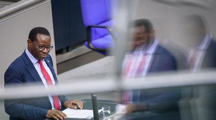 """Vokietijos juodaodžio parlamentaro biuro languose aptikta """"kulkų skylių"""""""
