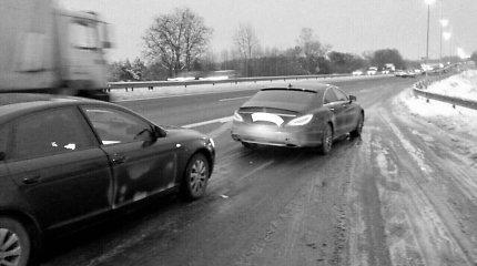 """Prašmatnaus """"Mercedes"""" vairuotojas už greitį ir kyšį baigė kelionę Vilniaus pakraštyje"""
