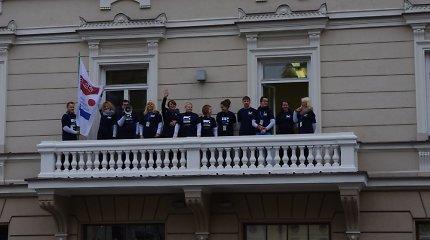 """Tarptautinis dainuojamosios poezijos festivalis """"Tai – aš"""" atidarytas: Mokytojų namų balkone jau plevena festivalio vėliava"""