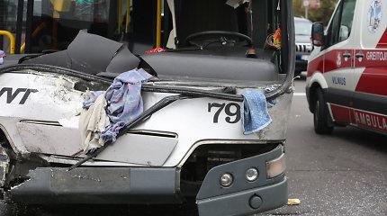 """Vilniaus centre girtas """"Volvo"""" vairuotojas rėžėsi į greitąjį autobusą ir spruko iš avarijos pėsčias"""