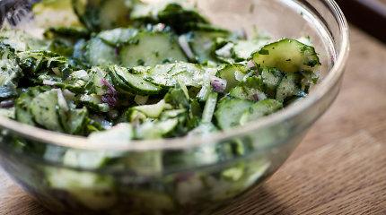 Iš agurkų – lengvos salotos prie kepsnių ir gaivūs užkandžiai. 12 receptų
