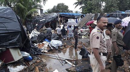 Indijoje per musonines liūtis sugriuvus mažiausiai trims sienoms žuvo 27 žmonės