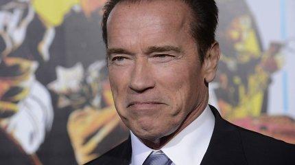 """Arnoldas Schwarzeneggeris pagyrė latvių sukurtą filmo """"Sabotažas"""" plakatą"""