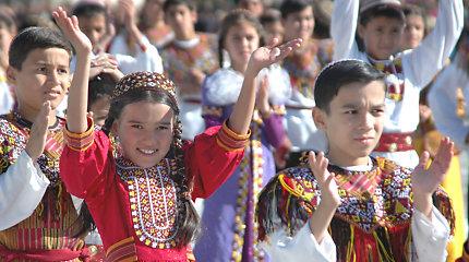 Turkmėnijos atsakas į emigraciją: slepia statistiką, jaunų žmonių neišleidžia iš šalies