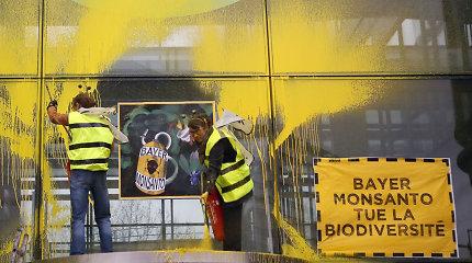 """Prieš pesticidus protestuojantys prancūzų aktyvistai dažais apipurškė """"Bayer"""" pastatą"""